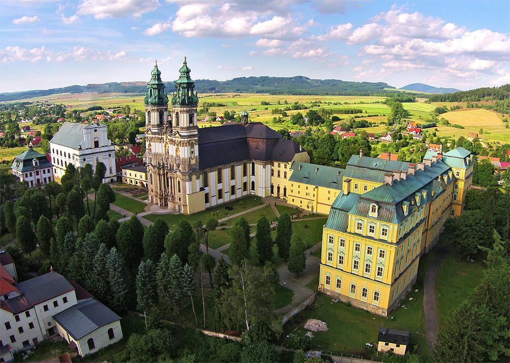 Sanktuarium w Krzeszowie - widok z drona
