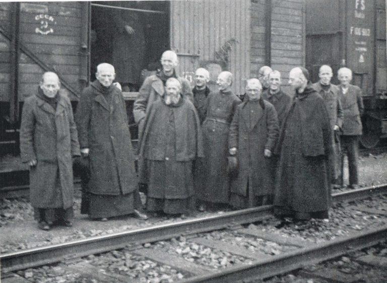 Grupa prześladowanych mnichów