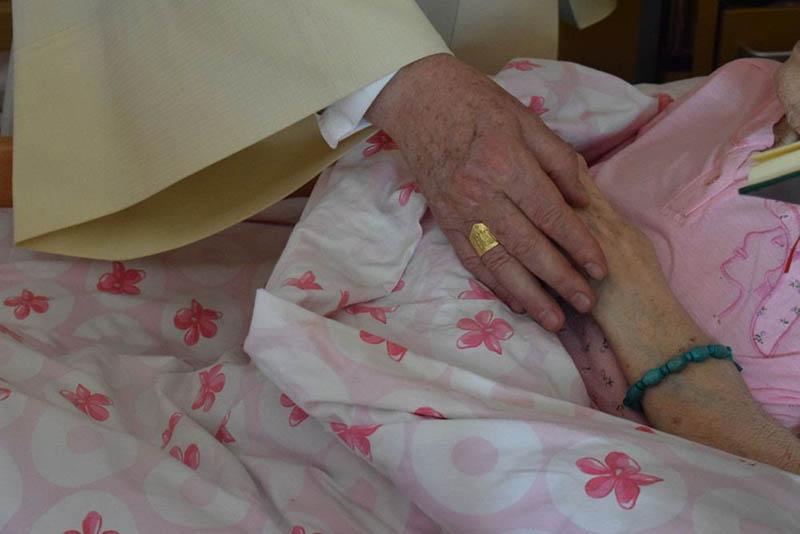 Zdjęcie chorego z ręką Papieża